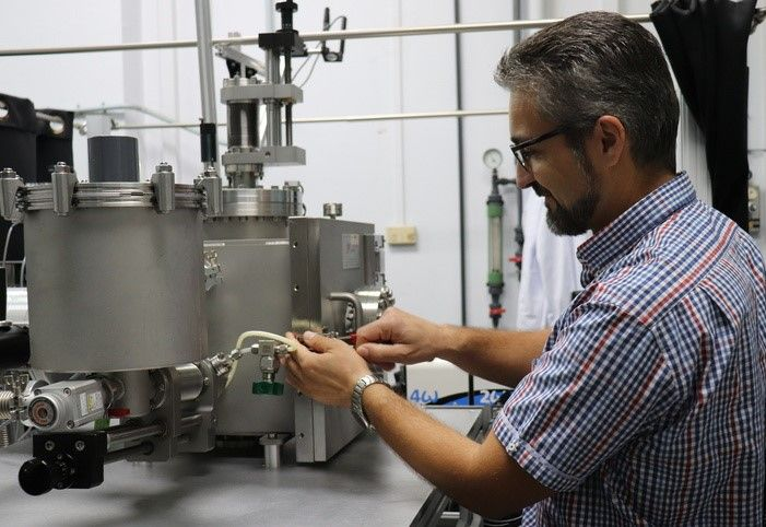 Ángel Pérez in the Laser Processing Group lab